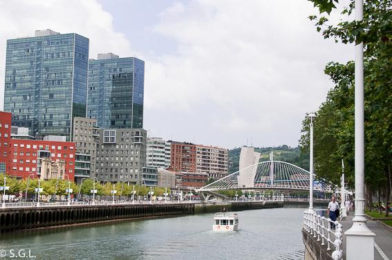 La ria de Bilbao y el puente zubizuri en Bilbao por una bilbaina