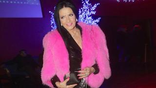 Η Σαπουντζάκη υποδέχτηκε τον 85ο χρόνο της ζωής της με ροζ γούνα και 12ποντα