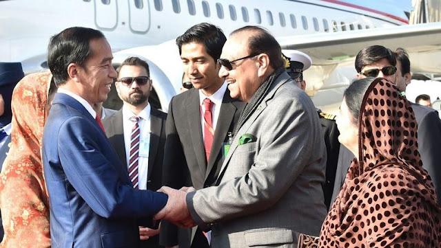 Saat Presiden Pakistan Jemput Jokowi Langsung di Bandara