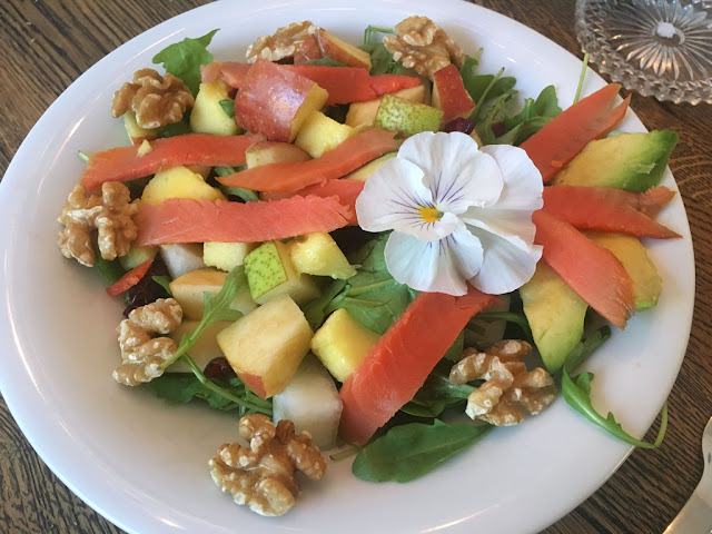tropical salad mit Mango, Avocado und Walnüssen