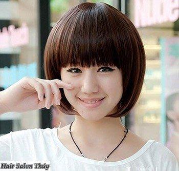 """<img src=""""toc-ngan-uon-cup-mai-bang.jpg"""" alt=""""kiểu tóc uốn cụp đuôi 2017 mái bằng""""/>"""