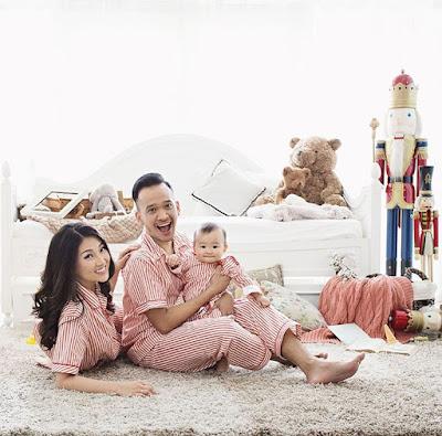 pose foto keluarga di studio; instagramable; foto keluarga formal; foto keluarga outdoor; contoh foto keluarga lucu; contoh foto keluarga 4 orang; foto keluarga besar; foto keluarga kecil; kumpulan contoh photo keluarga