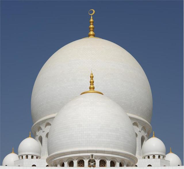 La mosquée Sheikh Zayed à Abu Dhabi. Monumentale, majestueuse, colossale, prestigieuse...