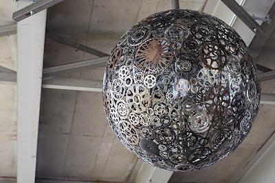 Una lampara hecha con engranes.