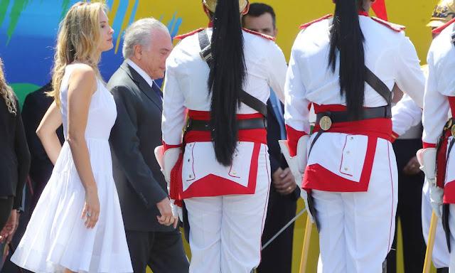 Marcela Temer no 7 de setembro, vestido branco, primeira dama