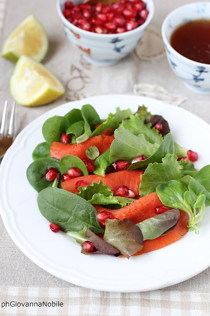 Le tenere insalatine con salmone affumicato e chicchi di melagrana