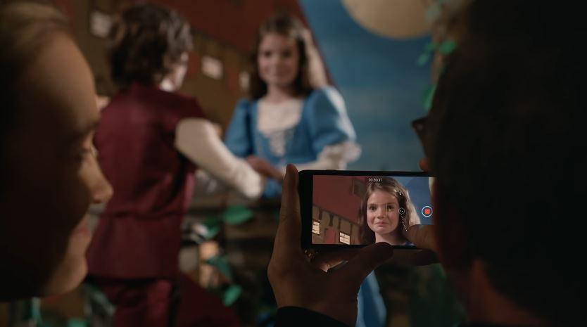 Modello e modella Apple IPhone 7 pubblicità Romeo e Giulietta con Foto - Testimonial Spot Pubblicitario Apple IPhone 7 2016