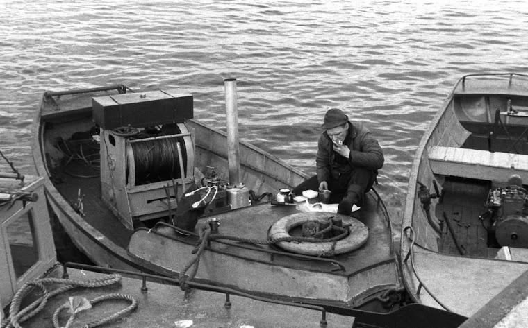 Kirjoittajan kuva vuodelta 1962, kirjoittaja kahvitauolla
