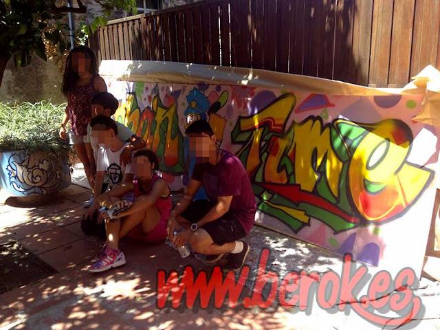 jóvenes aprendiendo el arte del spray
