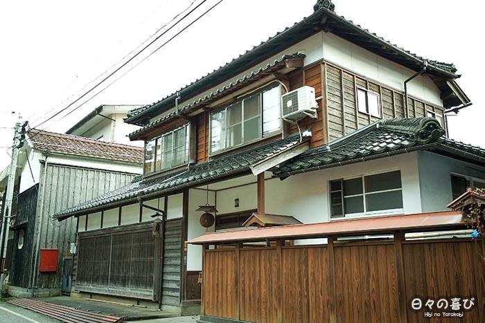 vue sur la facade d'une maison à chizu