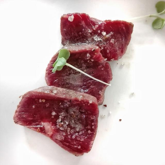 Tataki de lomo de vaca con verduras de temporada