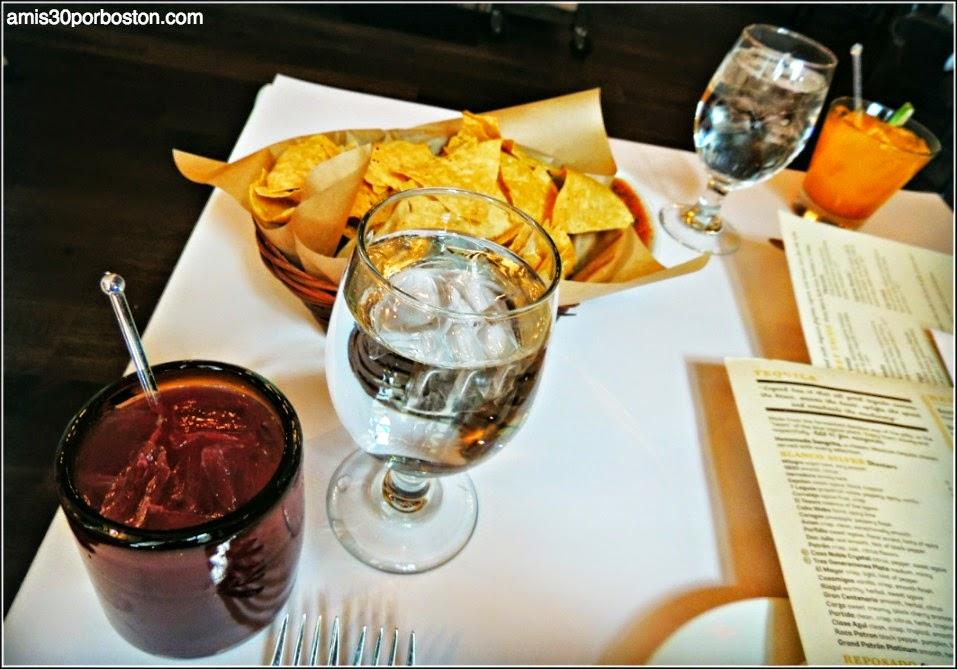 Dine Out Besito: Nachos con Salsa & Bebidas