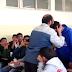 مدرس يضرب طالب على وجهه فقال له الطالب حكمة جعلت المدرس يقبل رأسه.