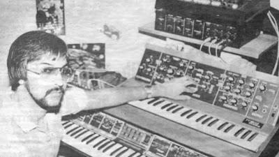 Un joven Amin Bhatia con un Minimoog y un Polymooog en su estudio privado de Toronto