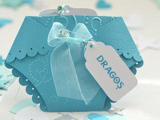 Card de asezare turcoaz sub forma de pampers cu eticheta prinsa cu ac de siguranta