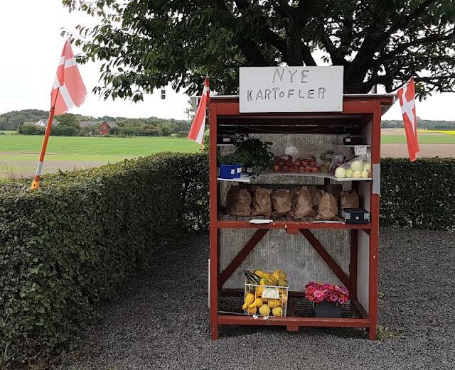 Vertrauen gegen Vertrauen. Von zauberhaften kleinen Ständen an Dänemarks Straßen und einem dänischen Prinzip. Auf Küstenkidsunterwegs erkläre ich Euch, wie man an den dänischen Straßenständen am Wegesrand Gemüse, Kartoffeln & mehr einkauft und warum die dänische Grundeinstellung des Vertrauens so etwas Schönes ist.