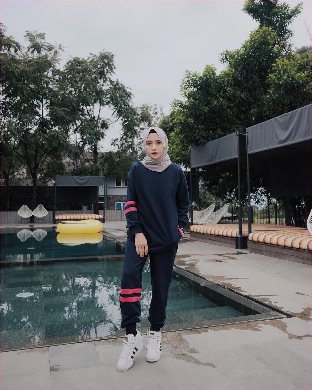 Outfit Baju Hijab Casual Untuk Olahraga Ala Selebgram 2018 celana training baju olahraga biru dongker pink tua sneakers kets sepatu olahraga putih adidas ciput hitam hijab pashmina polos abu muda gaya casual kain katun rayon ootd outfit jogging 2018 kaos kaki kolam renang ban air