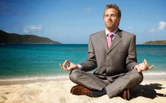 Burrë duke medituar