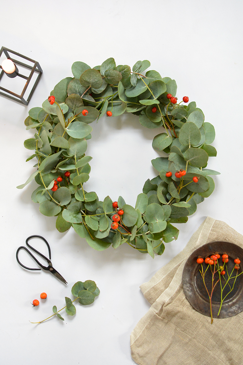 Diy simple eucalyptus christmas wreath burkatron Simple christmas wreaths
