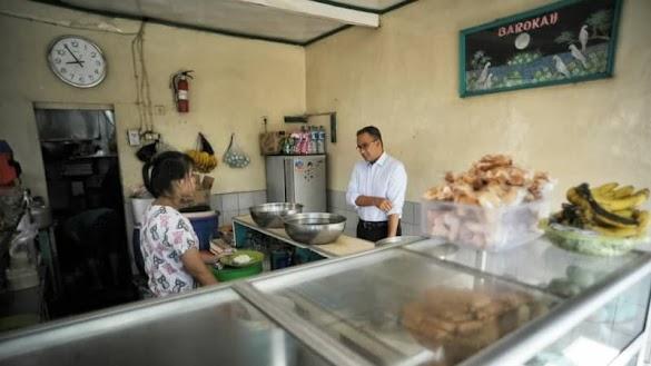 Pulang dari Singapura, Anies Makan Tempe Orek dan Telor Asin di Warteg