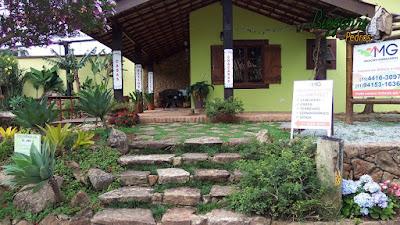 Escada de pedra, com pedra moledo, faceadas com cantos e junta de grama.