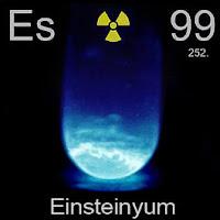 Einsteinyum (Aynştaynyum) elementi üzerinde einsteinyumun simgesi, atom numarası ve atom ağırlığı.