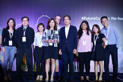 Source: NetApp. NetApp employees with Minister for Manpower, Lim Swee Say, at the Great Place to Work® awards ceremony.