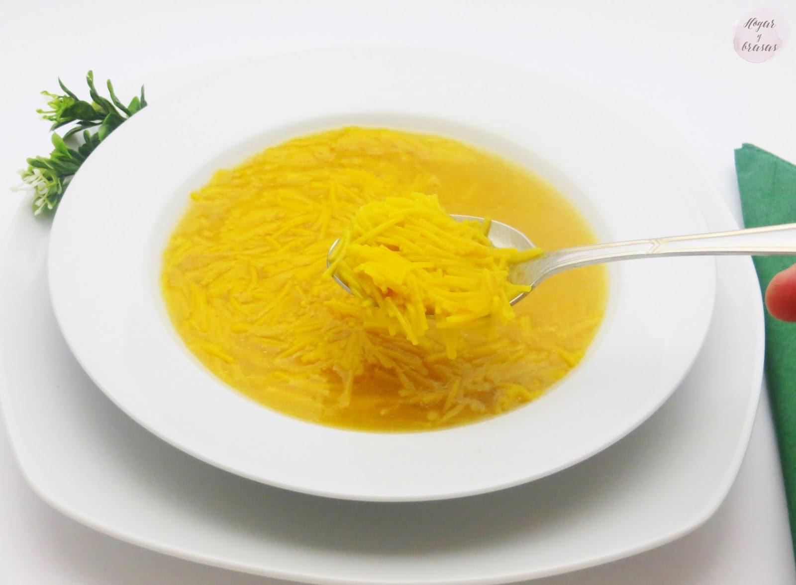 Sopa de fideos con caldo casero