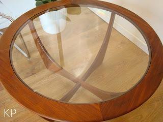 Mesa redonda vintage para cafe modelo astro marca g-plan años 70 madera teca.