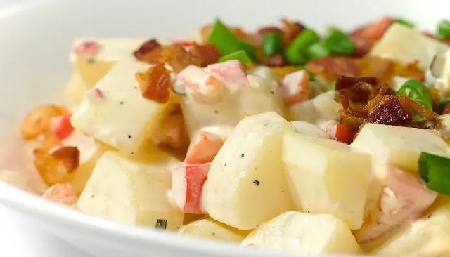 Ensalada caliente de papas con tocino y queso azul.
