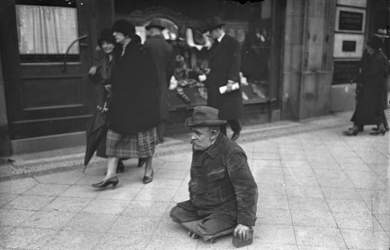 31 Vintage Photographs Captured Street Scenes Of Berlin In