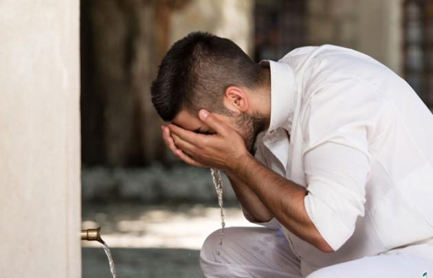 Sering Terjadi, Bagaimana Hukum Menahan Kentut Ketika Shalat?