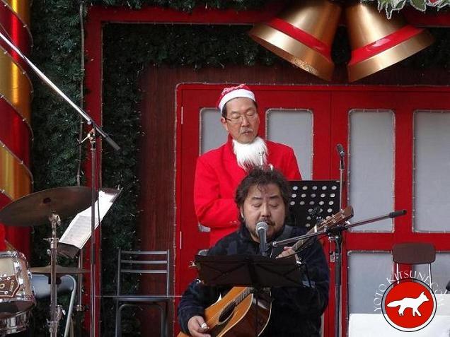 concert avec un Père Noël au marché de Noël d'Osaka au Japon