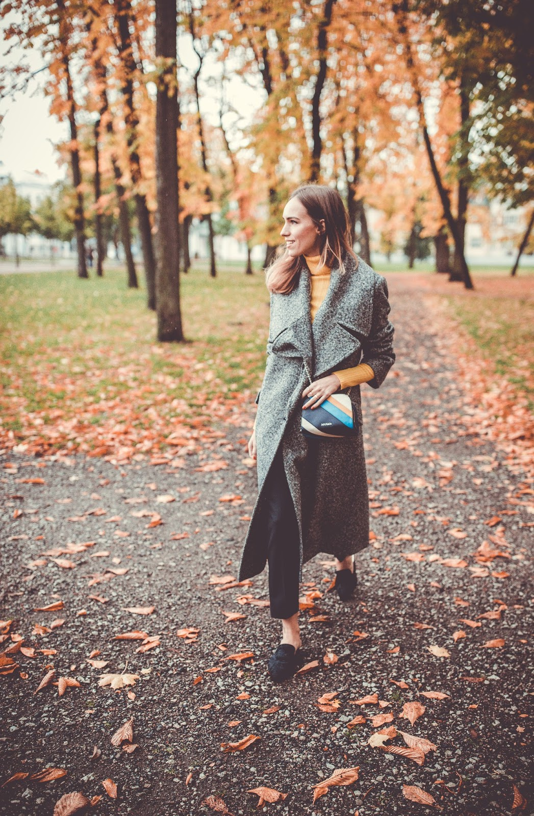 minimalist fall outfit coat mules