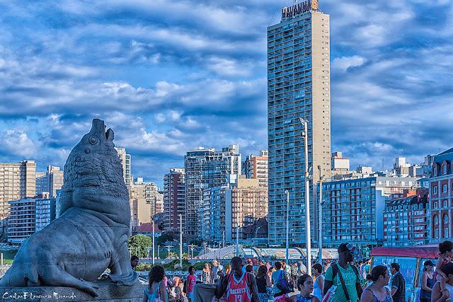 Típica postal con lobo marino de cemento y el edificio Havanna.