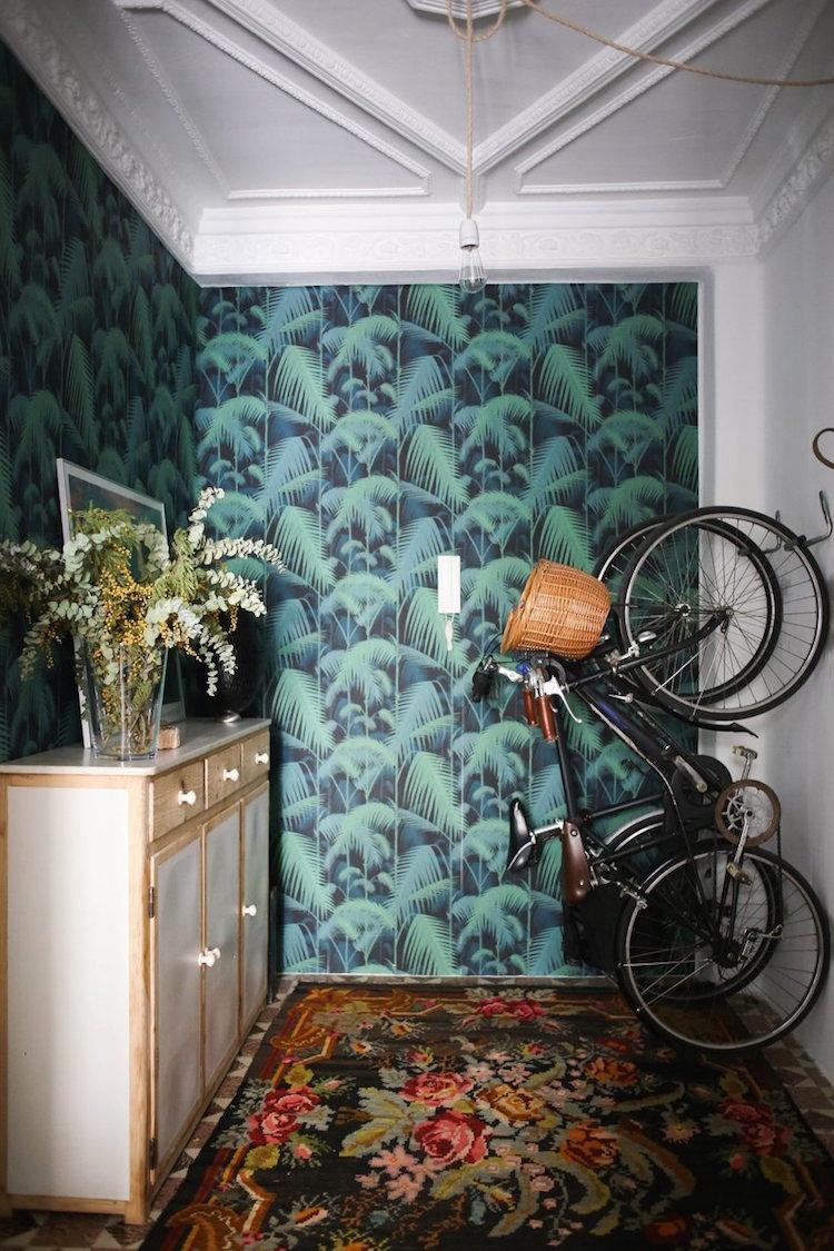 recibidor con papel pintado y bicicletas colgadas
