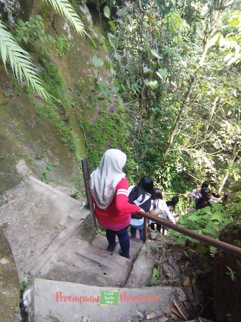 tangga menuju air terjun
