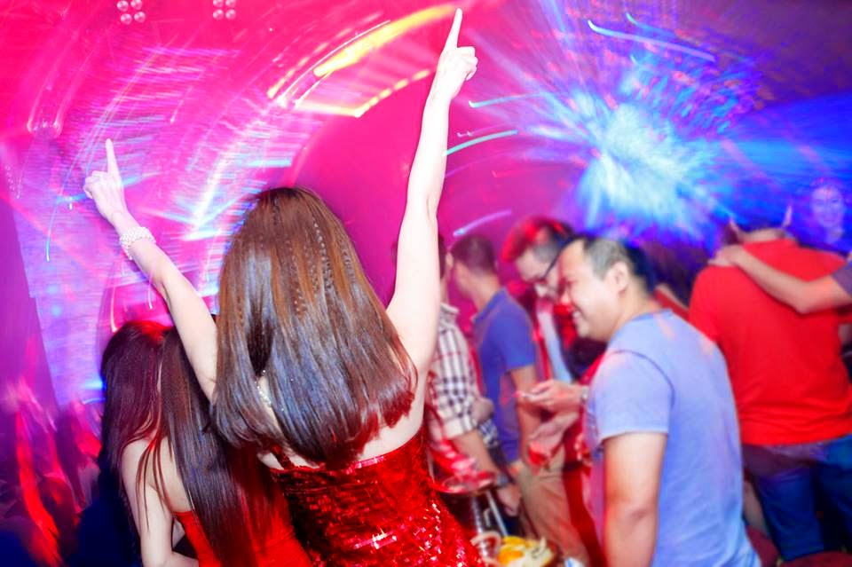 how to chat up a girl in a club