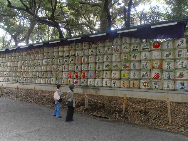 Barriles y más barriles de sake, curiosa ofrenda en el Meiji Jingu