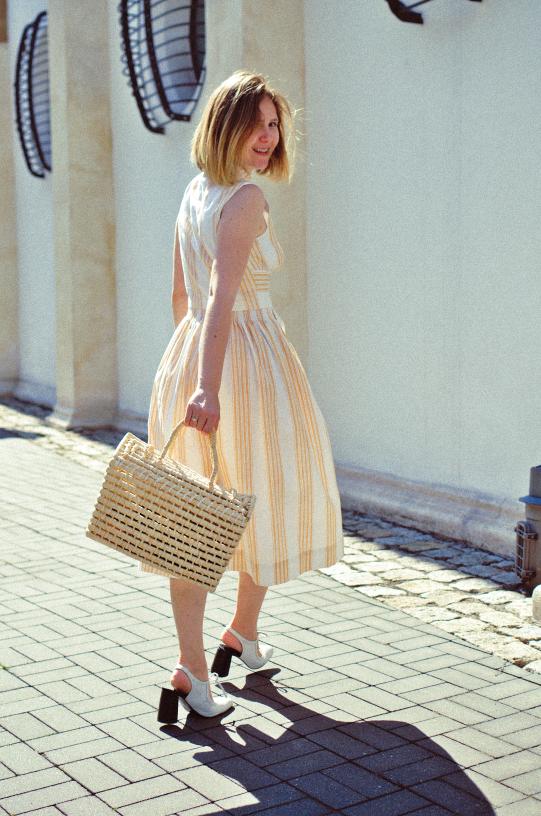 sukienka za kolano; torebka koszyk; buty simple; białe buty; jasna sukienka; sukienka vintage; summer look; stylizacja na lato