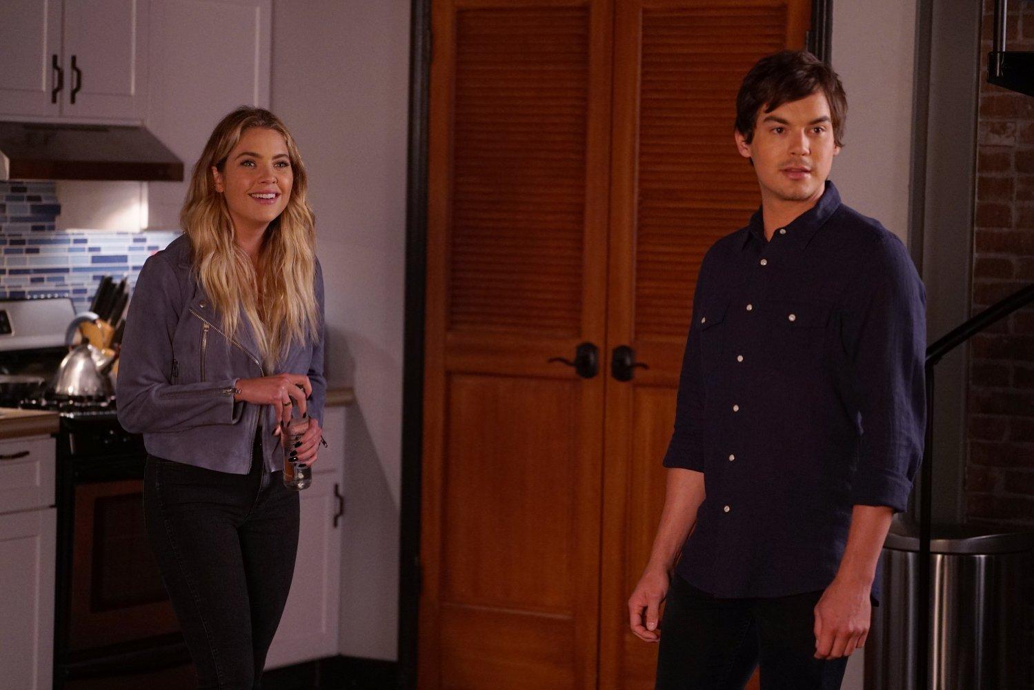 Hannah y Caleb, pareja ya asentada y comprometida en el final de la serie.