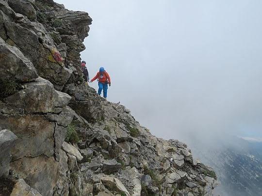 Szlak na Mitikas widoczny z końca Kaki Skala.