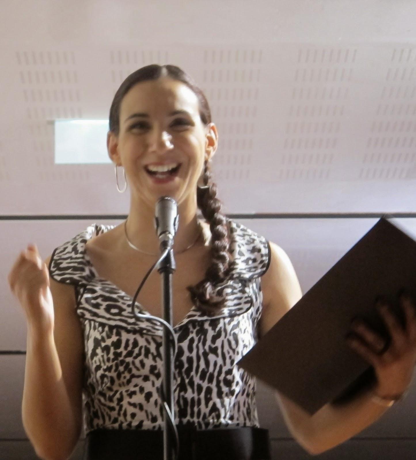 diseur de poesia, cantora, locutora, formadora de canto e técnica vocal
