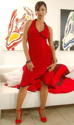 Foto de Maricielo Effio con vestido rojo