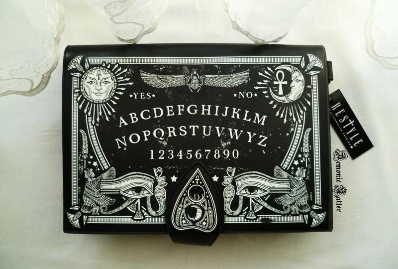 4de772d170aff Wśród wąskiej grupy itemków znajdowała się właśnie ta torebka imitująca  tablicę spirytystyczną Ouija. Po rozpakowaniu niemal odetchnęłam z ulgą -  wyglądała ...