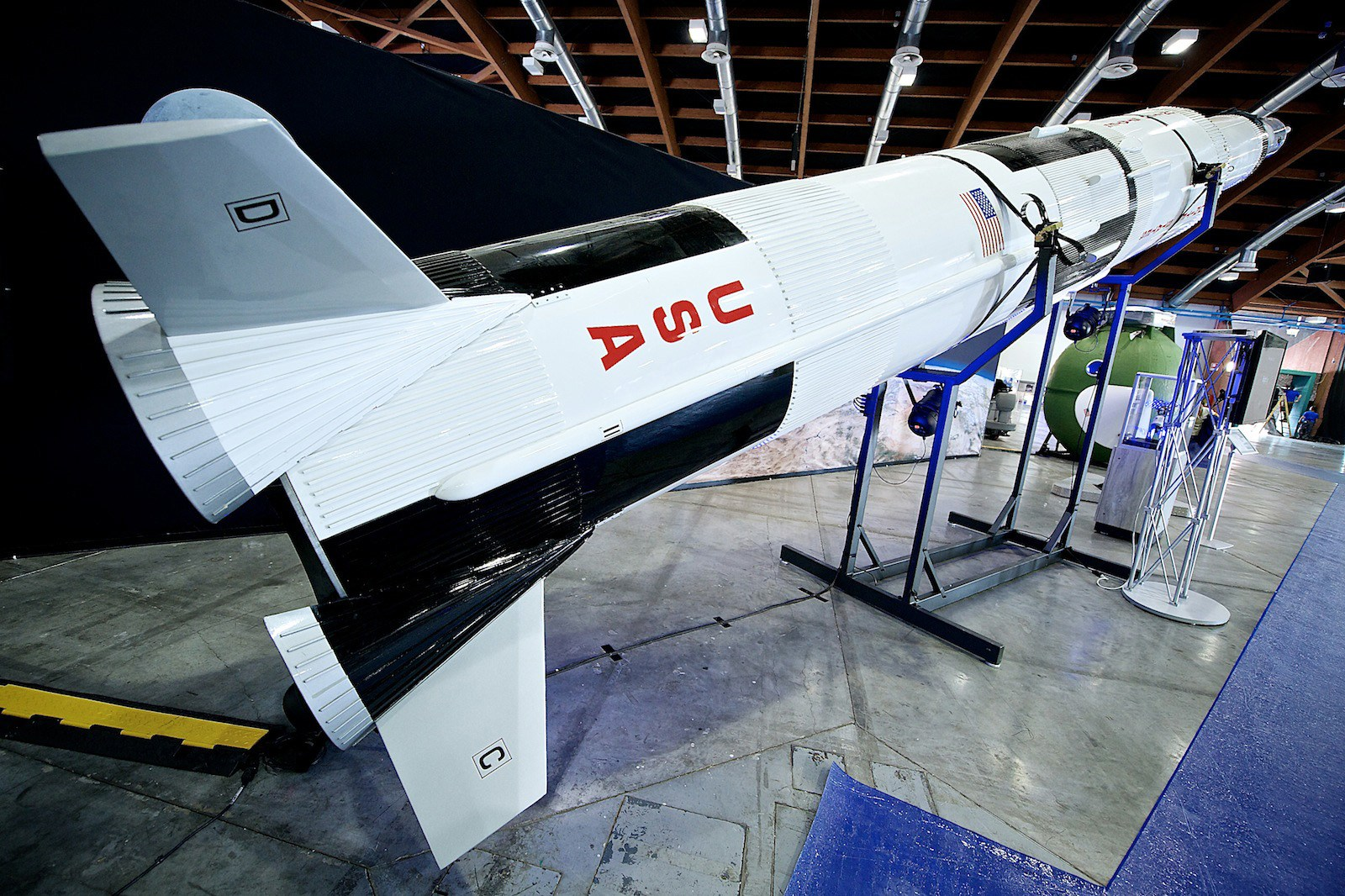 Blisko 10-metrowa replika największej w dziejach rakiety Saturn V. | Fot. wystawaspace.pl