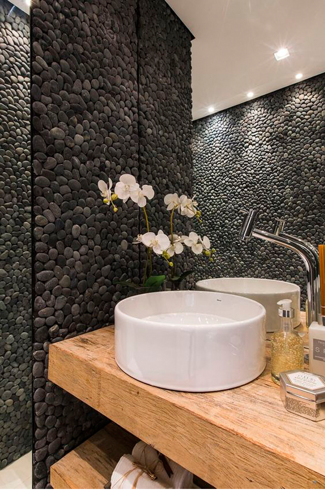 decoracao bancada lavabo : decoracao bancada lavabo:Lavabo com bancada de madeira e seixos pretos telados. Projeto: Cilene