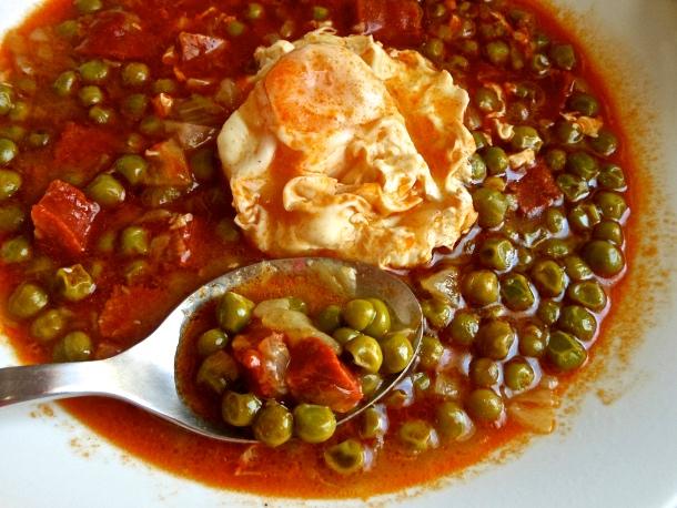 Guisantes en salsa (con huevos y chorizo)