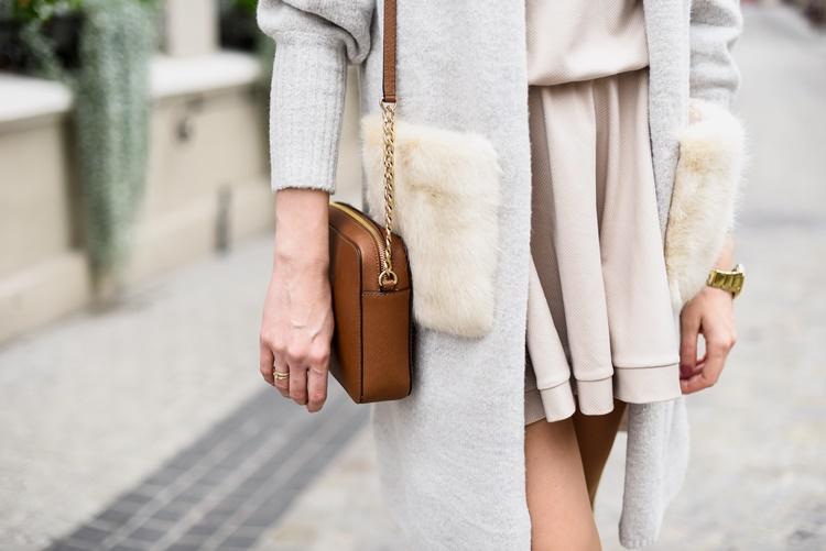 Sweter z futrzanymi rękawami