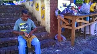Novas e antigas profissões: Seu Raimundo trabalha como sapateiro a quase 40 anos